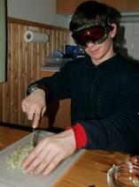 резать лук