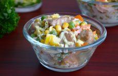 Салат из индейки с кукурузой и пекинской капустой