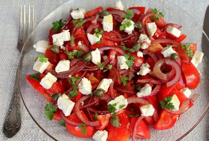 Итальянский салат из томатов с брынзой