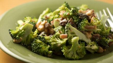 Салат из сырой брокколи: 9 лучших рецептов