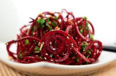 Салат из сырой свеклы: 10 витаминных рецептов