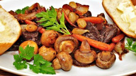 Жаркое с грибами в духовке: 8 рецептов