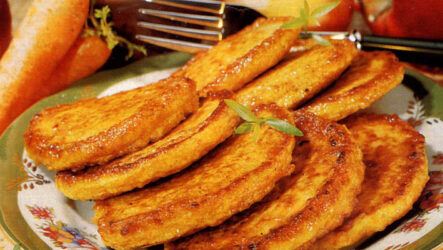 Морковные оладьи: 8 рецептов для завтрака