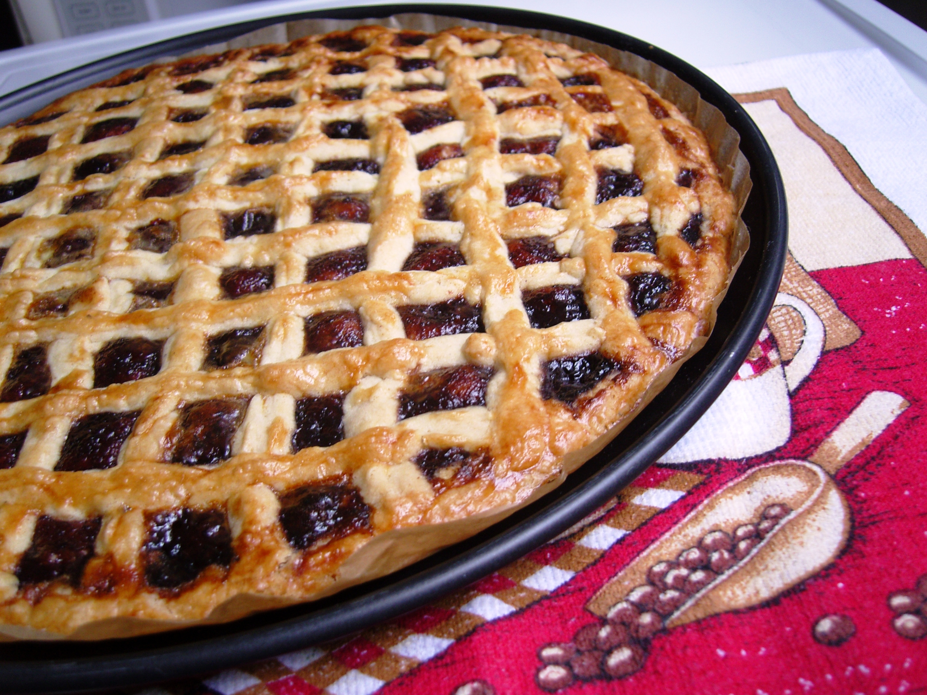 Открытый пирог с вареньем из дрожжевого теста