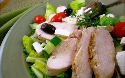 Греческий салат с курицей: 8 сытных рецептов