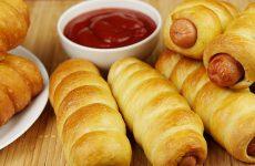 Сосиски в дрожжевом тесте: 7 рецептов к завтраку