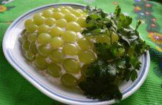 Салаты с виноградом: 10 классных рецептов
