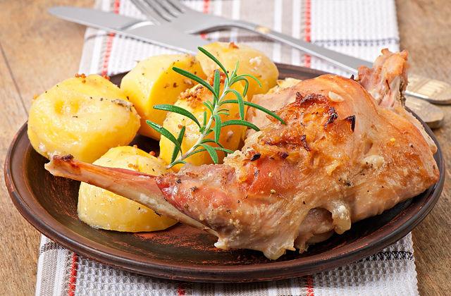 ножки кролика с картошкой
