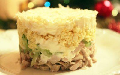 Слоеный салат с ананасами: 7 свежих рецептов