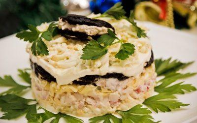 Слоеный салат с черносливом: 8 лучших рецептов