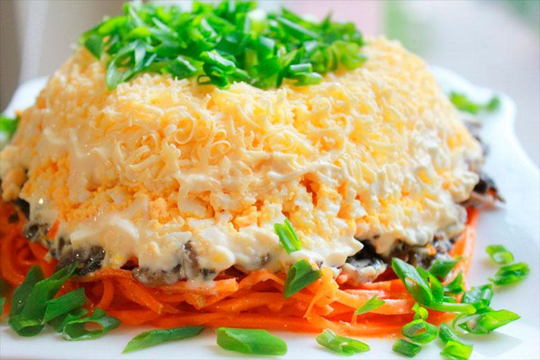 слоеный салат с морковью