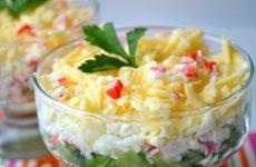 Слоеный крабовый салат: 8 хороших рецептов