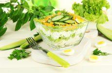 Слоеный салат с огурцами: 8 прекрасных рецептов