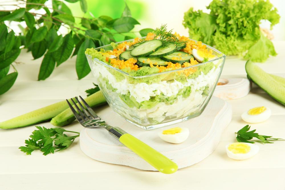 Слоеный салат с огурцами