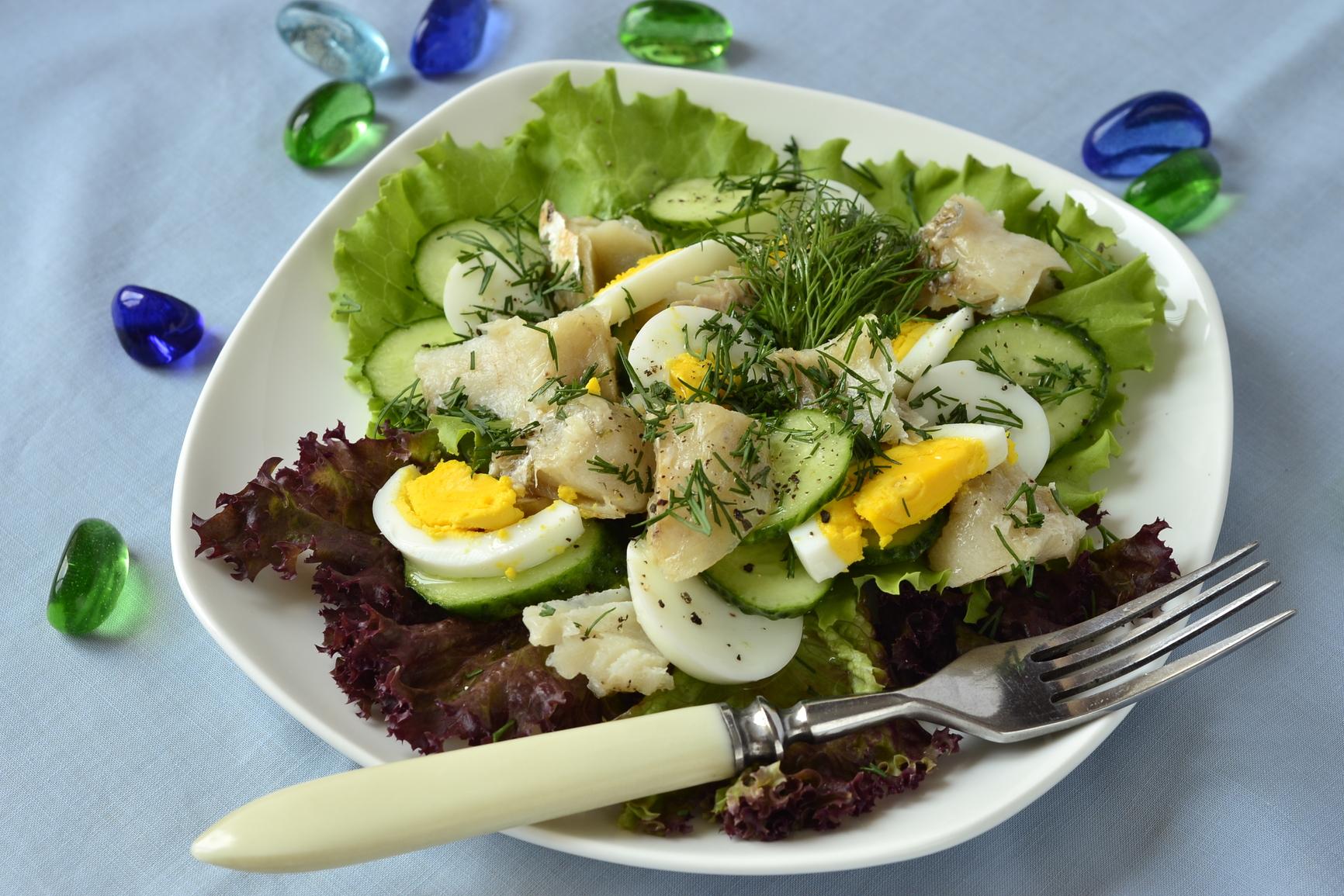Рыбный салат с яйцом