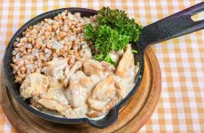 Бефстроганов из курицы: 7 нехитрых рецептов