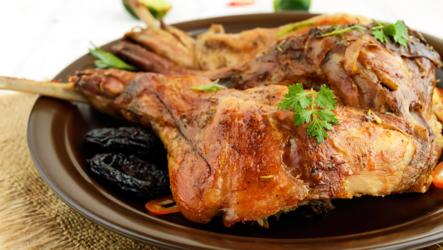 Кролик с черносливом: 8 шикарных рецептов