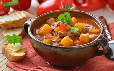 Гуляш по-венгерски: 7 сытных рецептов