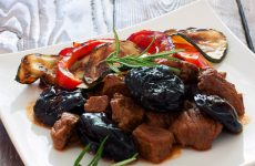 Тушеное мясо с черносливом: 8 отличных рецептов