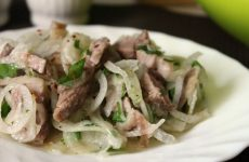 Мужской салат с луком: 7 классных рецептов