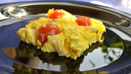 Омлет с помидорами: 8 рецептов на завтрак