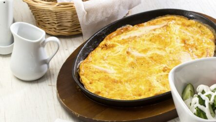 Пышный омлет на сковороде: 7 рецептов к завтраку