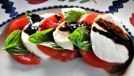Салат Капрезе: 8 рецептов по-итальянски