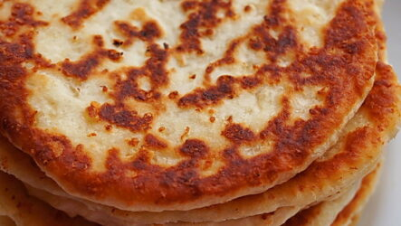 Сырные лепешки на сковороде: 9 рецептов к завтраку