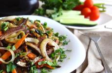 Теплый салат с говядиной: 7 полезных рецептов