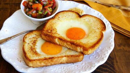 Яичница в хлебе: 9 рецептов к завтраку