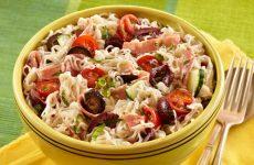 Салат с Роллтоном: 6 нехитрых рецептов
