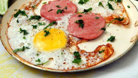Яичница с колбасой: 8 сытных рецептов