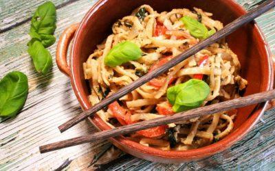 Как приготовить лапшу с овощами интересно— 9 рецептов