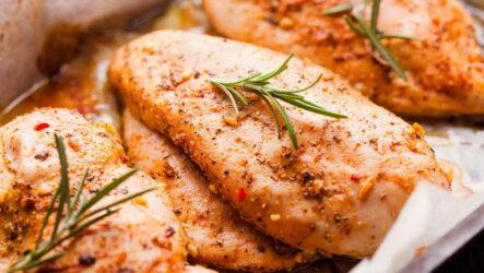 Сочные запеченные куриные грудки — 10 классных рецептов с фото