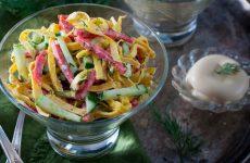 Салат с копченой колбасой— 9 сытных и разнообразных рецептов