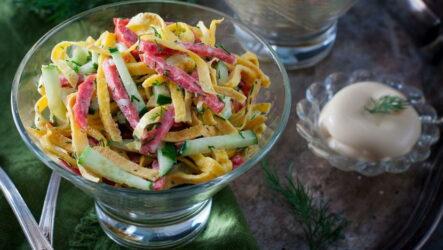 Салат с копченой колбасой — 9 сытных и разнообразных рецептов