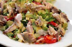 Салат с копченой рыбой— 7 оригинальных рецептов с пошаговыми фото