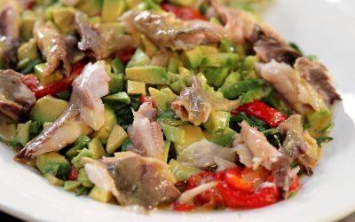 Салат с копченой рыбой — 7 оригинальных рецептов с пошаговыми фото