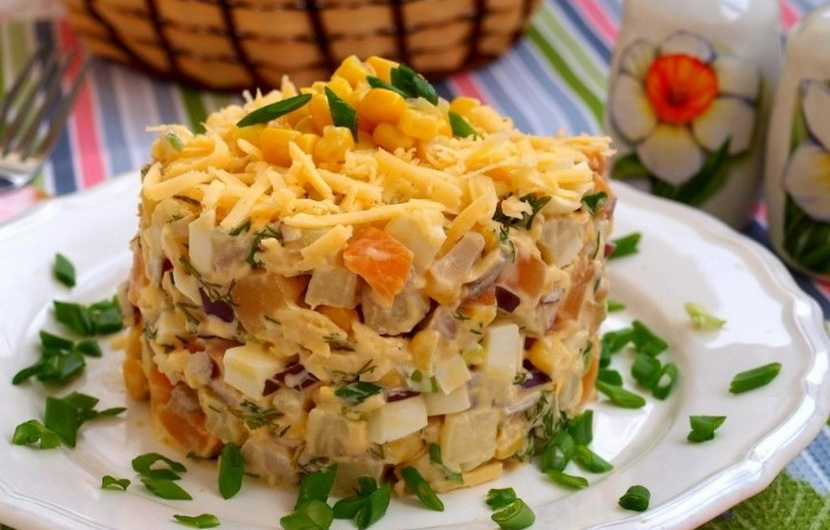 Салат с копченым сыром