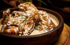 Курица в чесночном соусе — 7 ярких рецептов