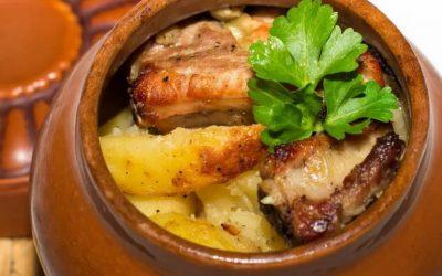 Мясо в горшочках с картошкой — 7 рецептов для сытного обеда