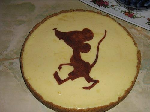 Трафареты - хорошая идея, если не хочется запариваться с оформлением торта к году Белой Мыши