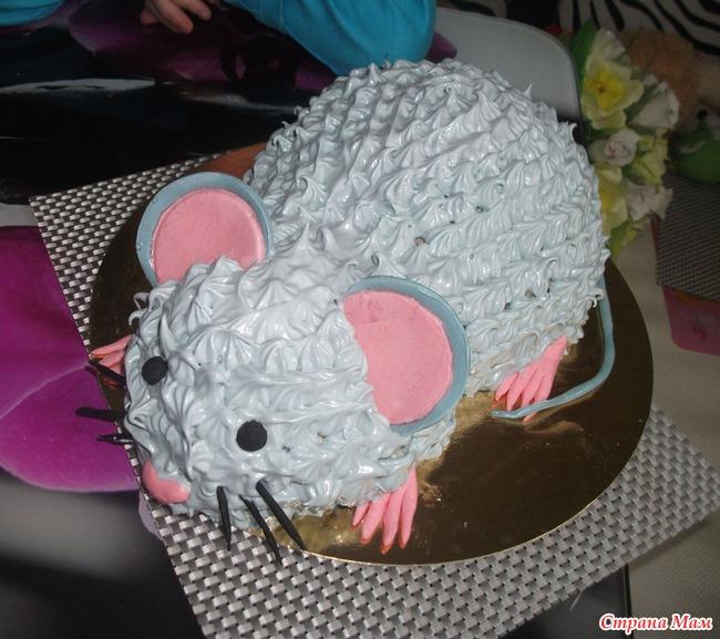 Этот тортик украшен из кондитерского рожка, а уши и лапки - из марципана