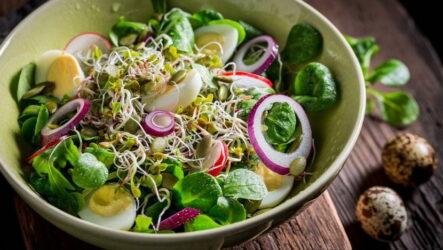 Салат с перепелиными яйцами — 8 пошаговых рецептов