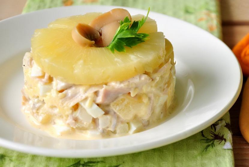 салат с ананасом и сыром слоями
