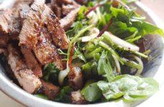Салат с печенью и солеными огурцами — 8 сытных и интересных рецептов