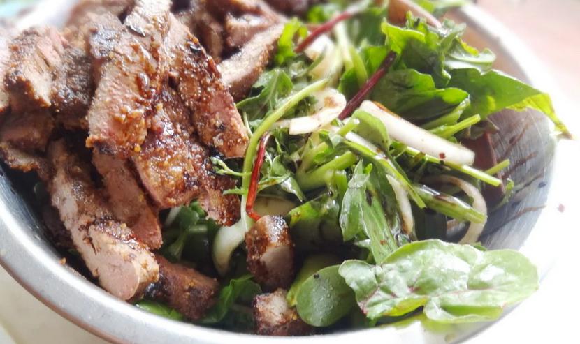 Салат с печенью и солеными огурцами