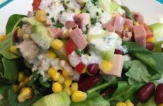 Салат с ветчиной и кукурузой — 7 рецептов на праздничный стол