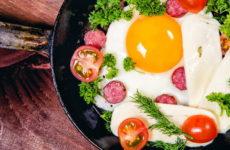 Яйца с колбасой на сковороде — 7 рецептов, как пожарить на завтрак