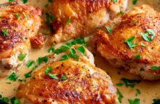 Куриные бедра в соусе — 8 простых и вкусных рецептов